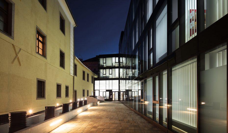 Nacht Innenhof Oberlandesgericht Museumsstrasse